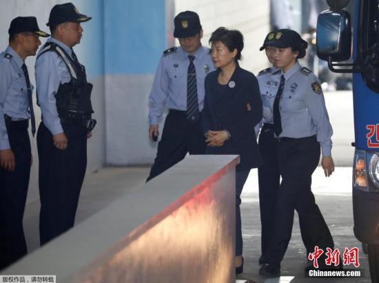 资料图:朴槿惠被押送至法院。
