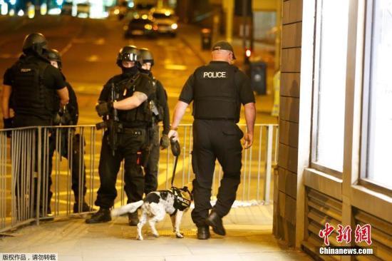 """事件发生之后,警方部署了超过400名武装警察。英国警方正在加紧调查爆炸事件,目前按""""恐怖袭击""""进行处置。"""