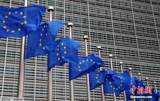 当地时间5月23日,比利时布鲁塞尔欧盟总部大楼前降下半旗,为在英国曼彻斯特爆炸案中的遇难者致哀。当地时间22日晚,在曼彻斯特体育馆发生的爆炸事件已导致22人丧生,59人受伤。