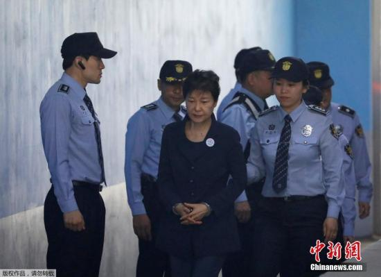 资料图片:为朴槿惠被押送至法院。