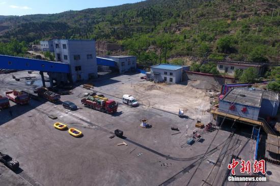 5月23日,山西省太原市清徐县,发生透水事故的东于煤矿正进行排水作业。5月22日23时许,山西省太原市清徐县东于煤矿发生透水事故,11人被困井下。据现场指挥部最新消息,被困人员中已经有6人在井下避难场所和地面取得联系,目前生命体征平稳。据了解,东于煤矿为兼并重组矿井,生产规模为150万吨/年。 韦亮 摄