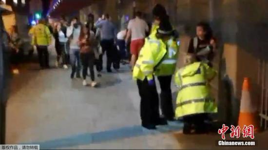 现场录像显示,警方在体育场外救治受伤的歌迷。英国大曼彻斯特地区警察局长霍普金斯称,尽管警方目前认为该名男子在22日晚是单独行动的,但是调查仍然在进行,以确定他是否是某个行动网络的一部分。