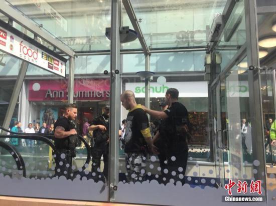 当地时间5月23日,英国曼彻斯特警方在市中心一个商场的厕所内逮捕一名可疑分子,警方怀疑此人与之前发生的曼彻斯特爆炸案有关。 中新社记者 周兆军 摄