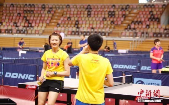5月22日,中国乒乓球队在卢森堡备战世乒赛。图为中国女子乒乓球队主将丁宁(左)在训练间歇。中新社记者 沈晨 摄