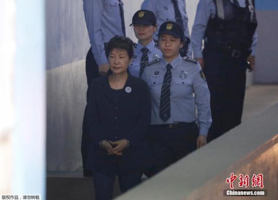 资料图:韩国前总统朴槿惠前往法统受审。