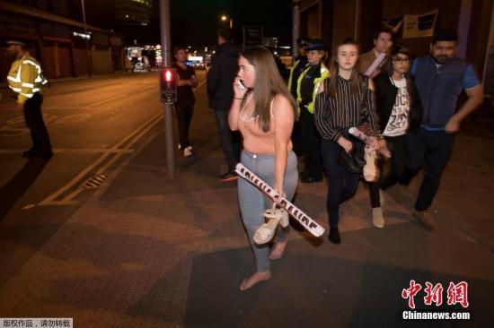根据英国警方的最新消息,当地时间5月22日晚发生在曼彻斯特体育馆的爆炸事件,已经导致22人死亡,59人受伤。爆炸发生于当地时间22日晚10点35分,当时美国流行歌手阿丽安娜?格兰德(Ariana Grande)在曼彻斯特体育场的演唱会刚刚结束。图为爆炸发生后,被疏散的歌迷们手里还拿着明星的海报。