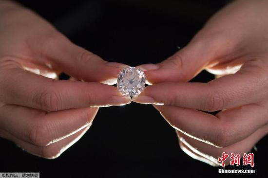 当地时间2017年5月22日,英国伦敦,一颗26.27克拉的垫状白色钻石在苏富比拍卖行出售。这个钻石预计达35万英镑(约合45万美元)。30年前它曾在一个汽车后备箱露天集市中被当做服饰珠宝以13美元的价格被买下。