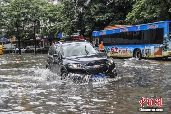资料图:5月24日,广州一辆汽车通过路段低洼积水处。 <a target='_blank' href='http://www.chinanews.com/'>中新社</a>记者 陈骥�F 摄
