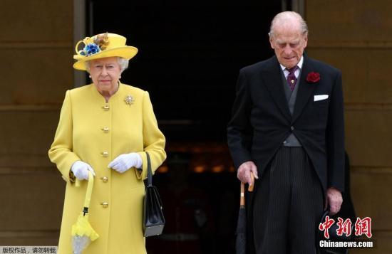 资料图:英女王伊丽莎白与菲利普亲王。