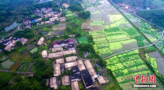 资料图:图为中国一个村庄俯瞰。 王剑 文 赵春亮 摄