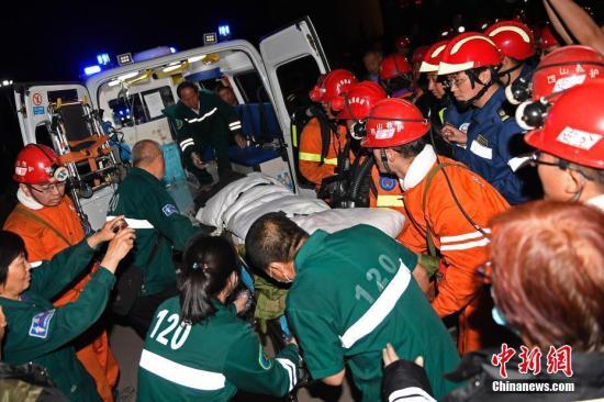 资料图:山西清徐一煤矿发生透水事故,4人获救成功升井。