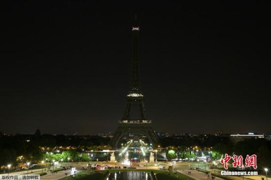 在5月23日午夜,巴黎埃菲尔铁塔熄灯,为曼彻斯特爆炸遇难者致哀。