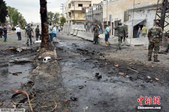 当地时间2017年5月23日,叙利亚霍姆斯,叙利亚中部重镇霍姆斯遭到汽车炸弹袭击,造成4人死亡、30人受伤。据叙利亚通讯社报道,一辆汽车冲破霍姆斯当地警方的拦截,袭击者在该市扎哈拉区引爆了装在汽车里的炸药。霍姆斯省省长巴拉兹说,这起袭击是反政府武装对叙政府军在霍姆斯省取得军事进展的报复。