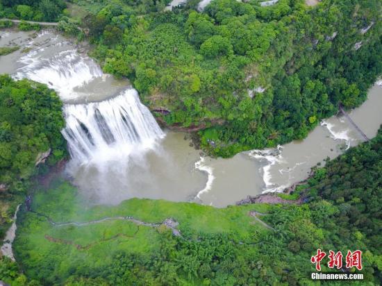 资料图:黄果树瀑布。 中新社记者 贺俊怡 摄