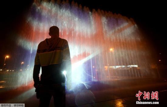 资料图:喷泉映出英国国旗的图案,悼念曼彻斯特爆炸案遇难者。