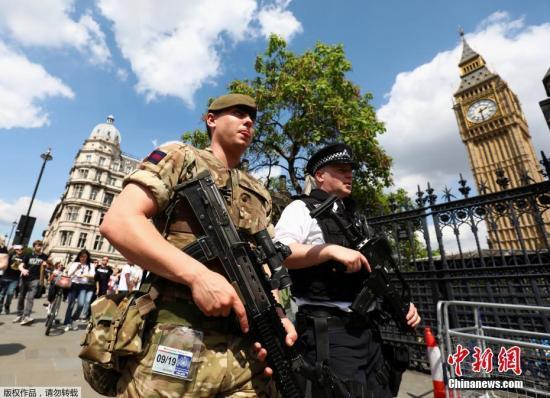 资料图:伦敦街头部署的武装士兵