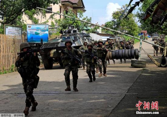 大批菲律宾军警进驻马拉维。