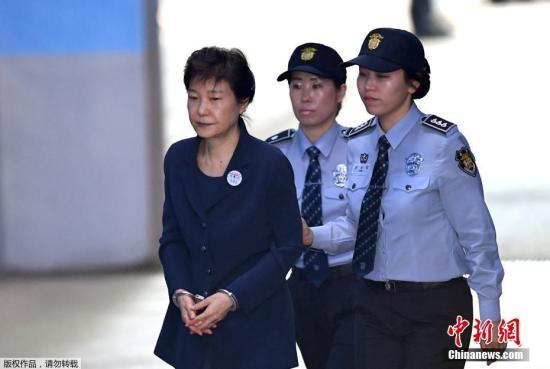 当地时间2018-12-14,韩国首尔,韩国前总统朴槿惠被押送至首尔中央地方法院,接受第二次公审。