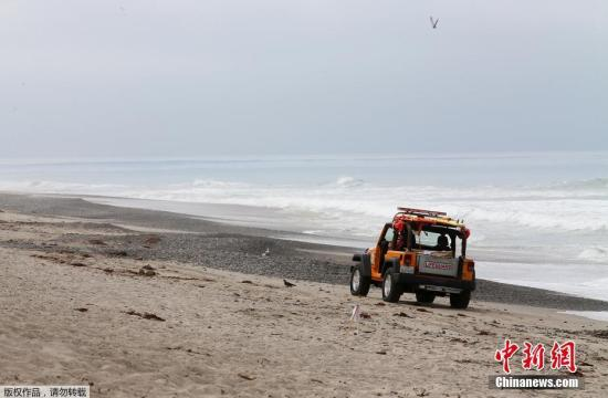 """当地时间5月23日,在美国加利福尼亚州奥兰治县的圣克利门蒂海滩,""""鲨鱼出没、进入海水后果自负""""的标识立在沙滩上。发现成群大白鲨在附近海滩出没后,奥兰治县的圣克利门蒂海滩近几天持续关闭,以防出现鲨鱼伤人事件。"""