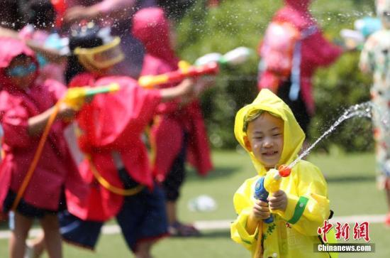 """资料图:南京小朋友""""水枪大战""""嗨翻幼儿园。记者 泱波 摄"""