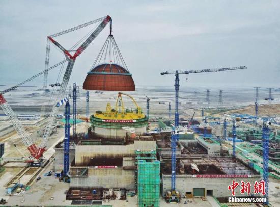 """5月25日下午5时58分,中国自主三代核电""""华龙一号""""全球首堆示范工程――中核集团福清核电5号机组穹顶吊装成功,这标志着5号机组已全面进入设备安装阶段。作为""""华龙一号""""全球首堆示范工程,5号机组是中国自主三代核电技术工程建设按计划有序推进的有力见证,是全球唯一按照计划进度建设的三代压水堆核电工程。<a target='_blank' href='http://www.chinanews.com/'>中新社</a>发 钟鹰 摄"""