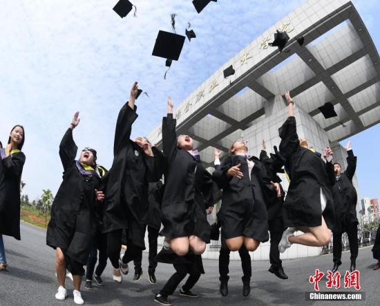 资料图:大学生在校园内拍摄花式毕业照。 赵春亮 摄