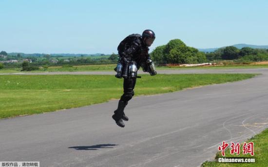 资料图片:英国发明家理查德・布朗宁(Richard Browning)穿着自己发明的喷气式飞行服试飞。