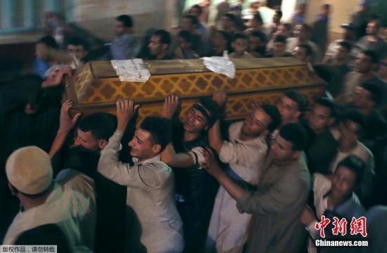 """当地时间2017年5月26日,埃及明亚省,遇难者葬礼举行。埃及安全部门称,一辆满载科普特基督徒的公交车5月26日在该国中部明亚省遭不明身份武装分子枪击。埃及卫生部官员表示,袭击造成至少28人死亡、25人受伤。死亡人数可能继续上升。埃及总理伊斯梅尔谴责这起事件是""""恐怖主义行为""""。"""