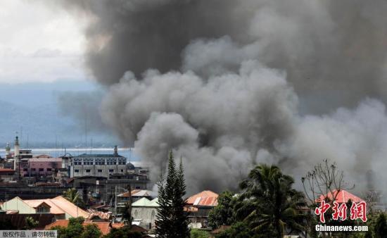 """当地时间5月27日,菲律宾马拉维,政府军出动多型号战机,持续向""""毛特""""反政府武装发起进攻。"""