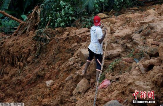 斯里兰卡灾难管理中心5月26日发布声明说,斯中部及南部地区暴雨引发的洪水和山体滑坡已造成91人死亡,另有100人失踪,约52万人受灾。