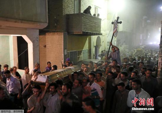 当地时间2017年5月26日,埃及明亚省,遇难者葬礼举行。