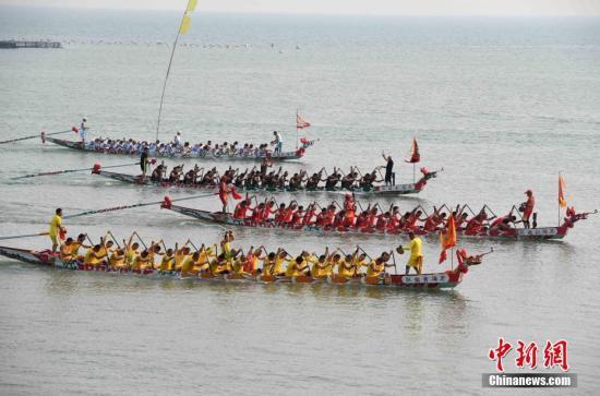 5月27日,连江县筱埕镇定海村村民在海上进行龙舟比赛。当日,福建省连江县筱埕村和定海村举行海上赛龙舟活动。据了解,当地在明朝万历年间就有了海上赛龙舟的传统,至今这个习俗已经保持了四百年,已经成为当地独特的风景。 张斌 摄