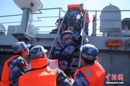 资料图:海上救援。文/周鹏程 刘中涛 图/吴文华