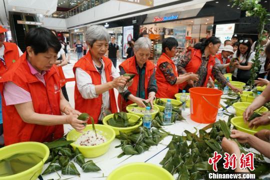 100余位惠山经济开发区居民齐聚一堂包粽子,场面热闹非凡。 孙权 摄