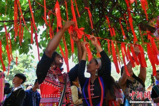 据了解,每年的五月初五是汉族的端午节,同时也是普米族的情人节。中新社记者 任东 摄