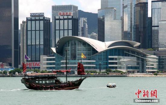 资料图:穿梭维港两岸的仿古帆船经过香港会议展览中心。<a target='_blank' href='http://www.chinanews.com/'>中新社</a>记者 洪少葵 摄