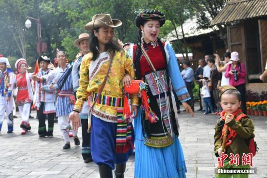 图为云南民族村内的普米族男女相约聚会。 中新社记者 任东 摄