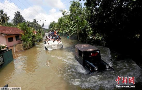当地暴雨已经持续两天,道路积水严重。