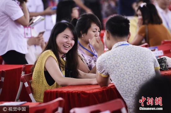 2017年5月28日,广东东莞,相亲会现场,男女嘉宾们交流热切。 图片来源:视觉中国