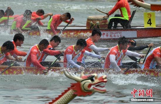 5月30日端午节,2017年中华龙舟大赛决赛在福州举行。记者 吕明 摄