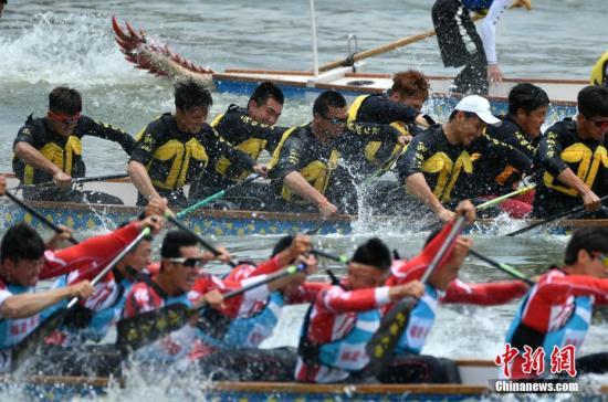 本次比赛包括标准龙舟和传统龙舟竞赛,共有职业组24支标准龙舟队(18支男队、6支女队)、青年组12支龙舟队(6支男队、6支女队),18支传统龙舟队参赛。 记者 吕明 摄