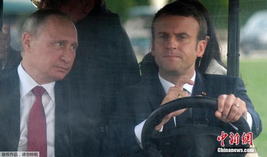 当地时间2017年5月29日,法国巴黎,俄罗斯总统普京到访法国,法国总统马克龙亲自驾驶观光车,陪同普京游览凡尔赛宫花园。