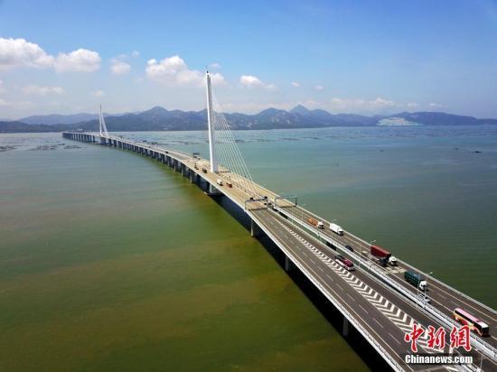 图为航拍深圳湾深港跨海大桥。(资料图片) 中新社记者 陈文 摄