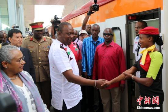 当地时间5月31日,蒙巴萨至内罗毕标准轨铁路通车仪式在肯尼亚蒙巴萨举行。图为肯尼亚总统肯雅塔登上开往内罗毕的客运列车。中新社记者 宋方灿 摄