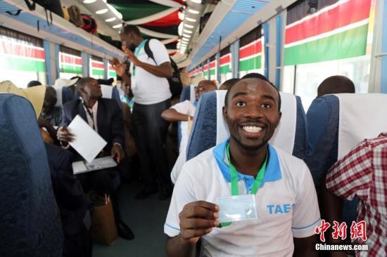 资料图:蒙巴萨至内罗毕标准轨铁路通车仪式在肯尼亚蒙巴萨举行。中新社记者 宋方灿 摄