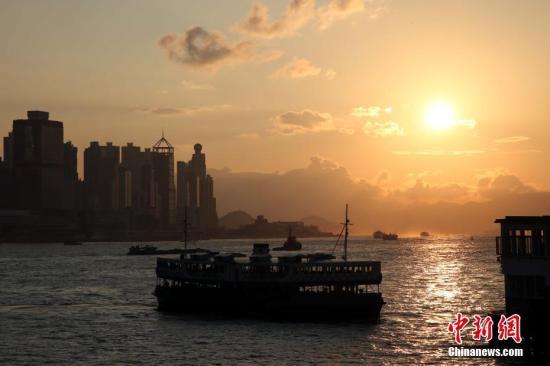 资料图:游客往来维港两岸。 /p中新社记者 洪少葵 摄