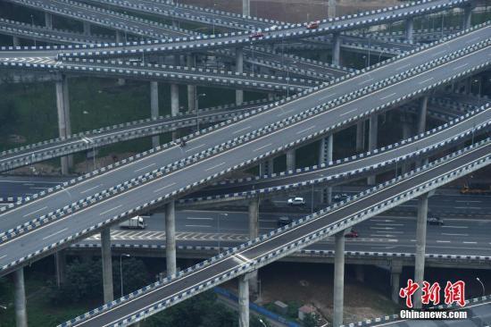 """5月31日,不少车辆穿梭在已经完工的重庆黄桷湾立交桥上。据悉,黄桷湾立交桥有五层结构、15条匝道向8个方向延伸而去,被誉为""""重庆主城最复杂立交""""。陈超 摄"""