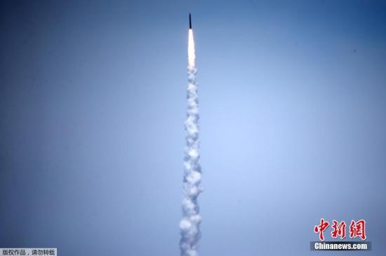 """导弹防御局的海军中将吉姆・叙林说:""""拦截一个复杂的、有威胁代表性的ICBM目标是一项惊人成就。""""他表示,这次成功代表着五角大楼导弹防御系统的""""关键里程碑""""。"""
