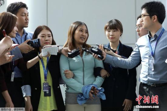 当地时间5月31日,崔顺实女儿郑维罗抵达韩国仁川机场。