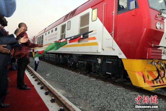 5月30日,蒙内铁路移交仪式在肯尼亚港口城市蒙巴萨举行,肯尼亚铁路公司负责人从中国承建企业手中接过了已经竣工的工程项目。肯尼亚总统肯雅塔出席活动发表致辞,并欢送第一列货运列车出站。 中新社记者 宋方灿 摄